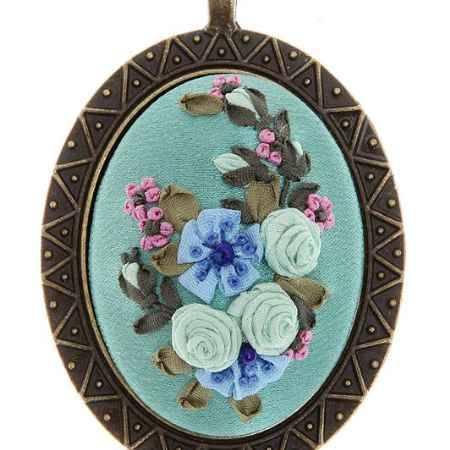 Купить Кулон-подвес в стиле рококо. Натуральный шелк, французская вышивка, ювелирный сплав