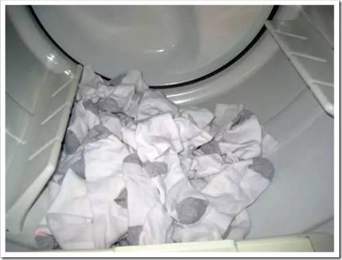 Белые носки и цветная одежда