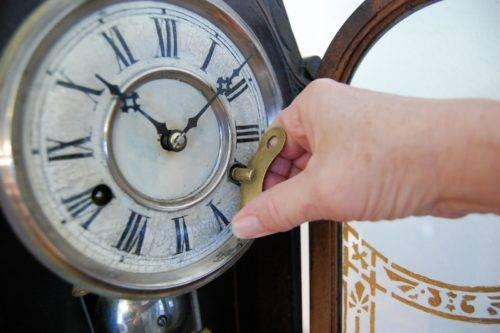 Как заводить напольные часы